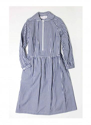 COMME des GARÇONS Girl藍色格紋洋裝NT$19,500,短圓領設計讓格紋洋裝在知性氣息中不失俏皮,配上牛津鞋、手工皮革方包,展露年輕又具自信的貴族學院風格。