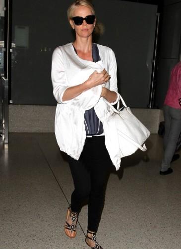 影后Charlize Theron手拿Maison Margiela 5AC Handbag白色款