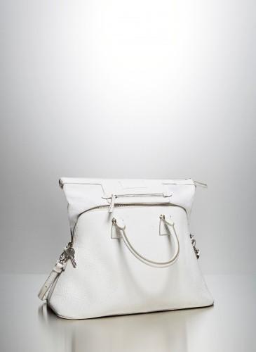 Maison Margiela創意總監John Galliano將一向隱密的手袋襯裡變成5AC手提包的耀眼亮點