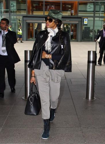 Naomi Campbell手拿Maison Margiela 5AC Handbag黑色款