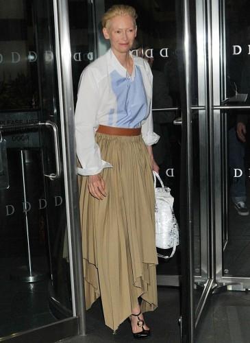 Tilda Swintong手拿Maison Margiela 5AC Handbag白色款