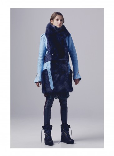 剛毅的皮革外套結合毛絨絨皮草裝飾,展現女性細膩的心思和隱含的雄性荷爾蒙氣息