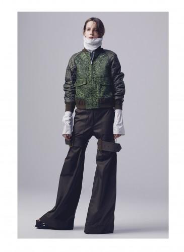 Sacai以傳統男性飛行夾克做為原型,結合極具個性的縷空蕾絲
