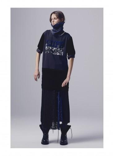 Sacai設計師阿部千登勢創造出「LIIFE」命名,運用於衛衣、長版洋裝設計,帶出正面的時尚態度