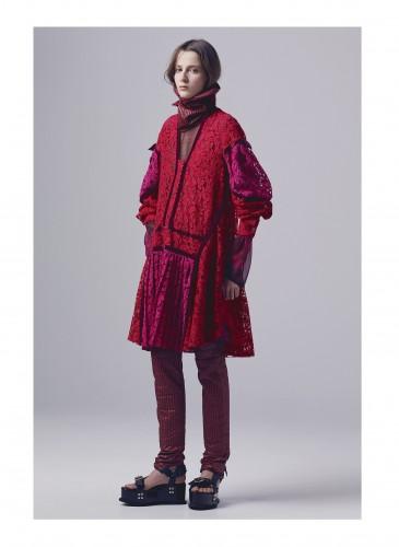 Sacai運用明亮的紅色與桃紅色。結合極具個性的蕾絲花紋細節,展現另類的奢華