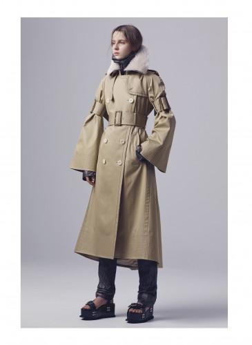 Sacai運用束帶讓袖子成喇叭形態,,讓經典風衣有了新穎的輪廓