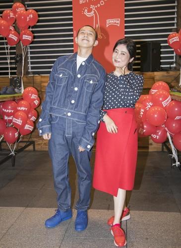 台灣新銳時裝設計師江奕勳與喜事國際執行長馮亞敏女士合照。