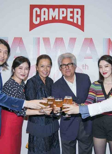 由左至右:喜事國際時尚集團董事長宋毅先生、執行長馮亞敏女士、CAMPER創辦人Mr. Lorenzo夫婦、喜事國際品牌經理宋安、Officine Universelle Buly Taiwan品牌經理宋文。
