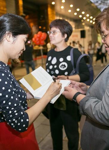 馮小姐遇見索取簽名在她著作《精準的奢華》的民眾。