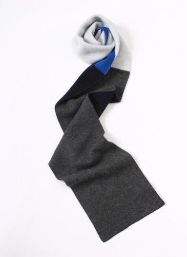 45R灰黑白藍拼色毛料圍巾,NT$6,280。