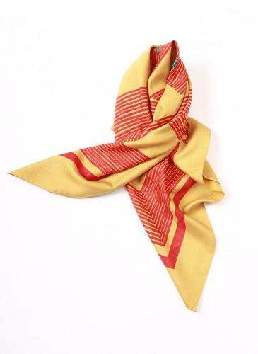 45R黃色拼紅Logo大方巾,NT$8,880。-2