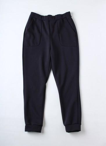 45R黑色輕量彈性休閒褲,NT$12,580。(女款)