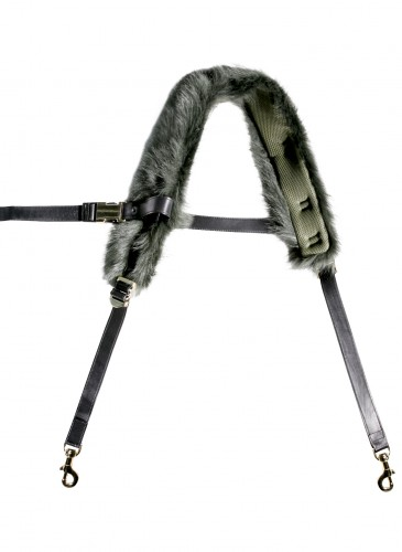 Sacai 墨綠色皮草拼接可替換式背帶,NT$39,500。(團團精品)