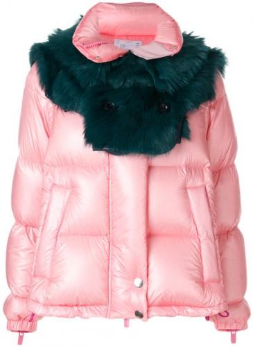 Sacai 粉色拼接墨綠色皮草領圍鋪棉外套,NT$240,500。(團團精品)