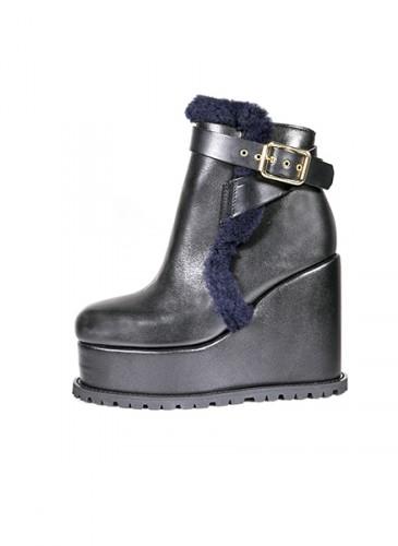 Sacai 黑色內襯羊毛高跟踝靴,NT$53,500。(團團精品)- 側面