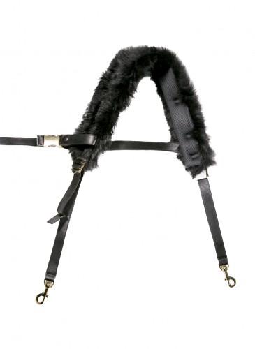 Sacai 黑色皮草拼接可替換式背帶,NT$39,500。(團團精品)