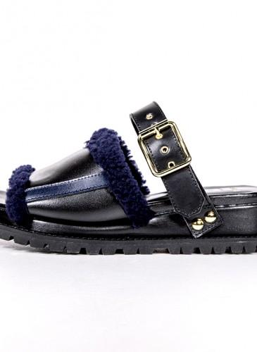 Sacai 黑蓝襯毛涼鞋,NT$44,500。(團團精品)(側面)