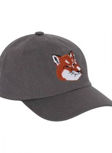 MAISON KITSUNE 灰色刺繡狐狸帽,NT$3,800。(團團精品)