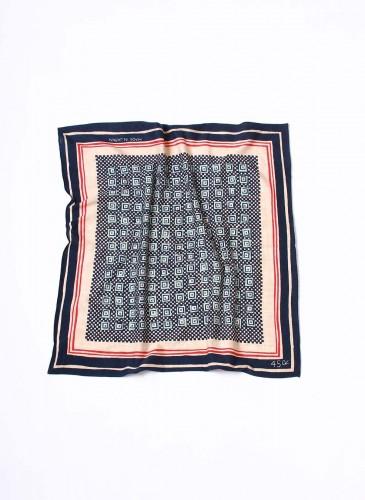 45R深灰拼接淺橘灰色印花方巾,NT$3,180。
