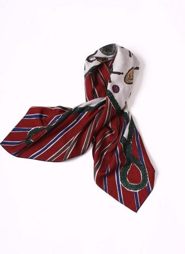 45R深紅拼接白色印花方巾,NT$13,380。
