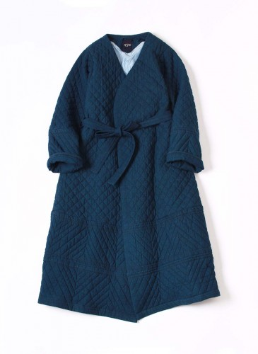 45R深藍色舖棉車縫格紋與斜紋線條大衣式洋裝外套,NT$75,880。