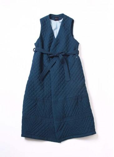 45R深藍色舖棉車縫格紋與斜紋線條背心式洋裝外套,NT$57,680。