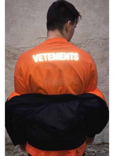 Vetements 2018春夏橘色Staff Tee穿搭圖。(團團精品)(翻攝自Vetements IG) -2