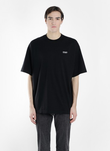 Vetements 2018春夏黑色Staff Tee穿搭圖。(團團精品) -反面