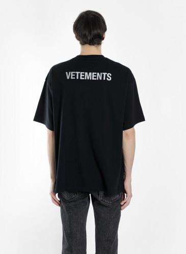 Vetements 2018春夏黑色Staff Tee穿搭圖。(團團精品) -正面