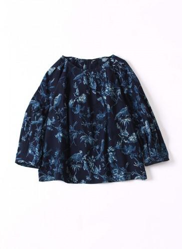 45R原創手繪花鳥柄深藍色罩衫,NT$22,480。