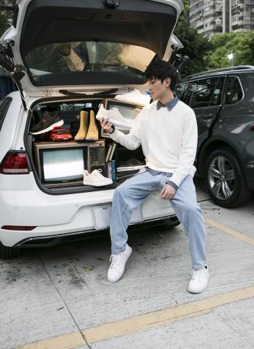 影劇生力軍演員勵政達穿著CAMPER Nixie系列白色休閒鞋。NT$7,680。-2
