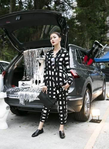 新生代漂亮寶貝陳艾熙穿著CAMPER TWINS系列春夏最新不對稱拉鍊設計鞋款,展現中性個性風,致敬CAMPER TWINS 30周年。NT$8,280。-2