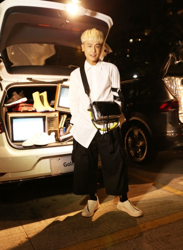 知名造型師葉向嶼(小嶼老師)穿著CAMPER TWINS系列春夏最新不對稱拉鍊設計白色休閒鞋具摩登個性!NT$8,180。 拷貝