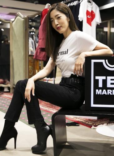 喜事國際品牌經理宋安(An)穿著A black and white story白色T-SHIRT,NT$2,900;VETEMENTS牛仔褲;Sacai高跟靴。(TEEMARKET)-2