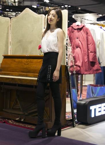 喜事國際品牌經理宋安(An)穿著LNA特殊剪裁白色T-SHIRT;VETEMENTS大腿靴。(TEEMARKET)-2