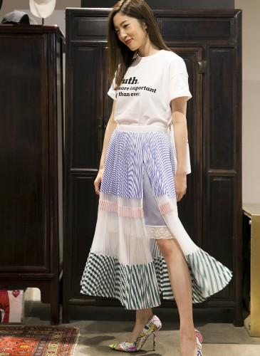 喜事國際品牌經理宋安(An)穿著Sacai特殊剪裁Print Tee;Sacai拼接紗裙;VETEMENTS塗鴉高跟鞋,NT$60,200。(TEEMARKET)-1