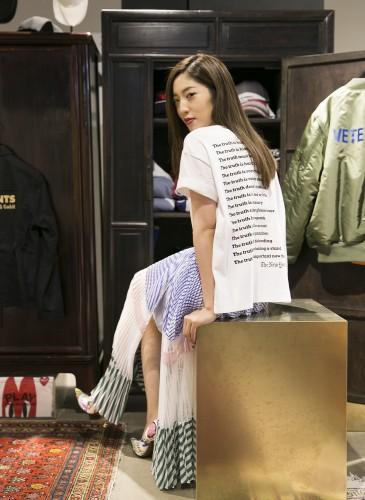 喜事國際品牌經理宋安(An)穿著Sacai特殊剪裁Print Tee;Sacai拼接紗裙;VETEMENTS塗鴉高跟鞋,NT$60,200。(TEEMARKET)-2
