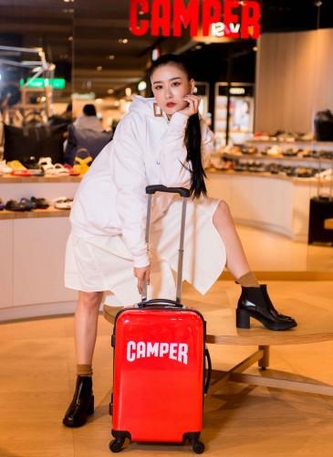 藝人陳艾熙穿著CAMPER Whitnee黑色跟靴,NT$9,880。FAMT白色帽TEE,NT$4,000。(TEEMARKET)-2
