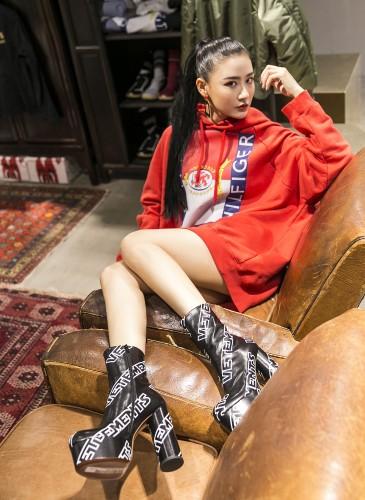 藝人陳艾熙穿著VETEMENTS長版T-SHIRT,NT$51,500;VETEMENTS厚底跟靴,NT$74,800。(TEEMARKET)