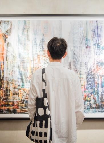 讀衣III開發商品合作KOL-時尚專欄作家郡俏哲理詮釋讀衣跨界托特袋,NT$900。(團團文創)