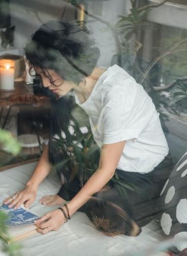讀衣III開發商品合作KOL-氣味工作者張葳Taffi平面拍攝讀衣抱枕。(團團文創)