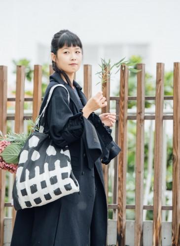 讀衣III開發商品合作KOL-花藝設計師阿戴詮釋讀衣跨界托特袋,NT$900。(團團文創)-1