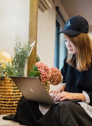 讀衣III開發商品合作KOL-藝術攝影師章潔詮釋讀衣無字老帽,NT$500。(團團文創)-3