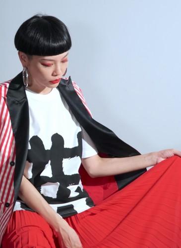 讀衣III開發商品合作KOL-造型師JUDY詮釋讀衣無字ㄒ恤(共計6款),各NT$900。(團團文創)
