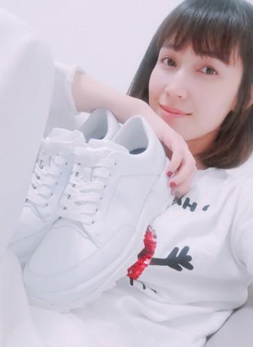 知性演技派女星小薰喜歡CAMPER 2019春夏最新到貨全白色系Helix,直呼穿起來真的好舒服又百搭!Camper Helix系列白色休閒鞋,NT$9,880。(男女款) (照片翻攝自小薰IG)
