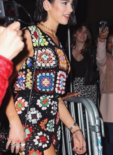 英國歌手杜娃‧黎波(Dua lipa)日前穿著Ashish亮片鉤針洋裝亮相。(圖片翻攝自Ashish IG) -1