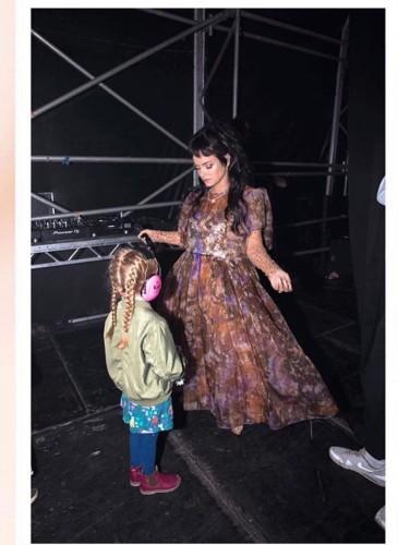 英國歌手Lily Allen近日穿著Ashish 2019秋冬最新系列時裝登台演出。(圖片翻攝自Ashish IG) -2