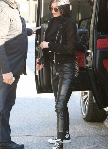 Kylie Jenner穿The Chuck Taylor All Star X PLAY COMME des GARÇONS黑色高筒凡布鞋