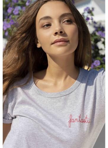 Maison Labiche淺灰色刺繡標語T恤,NT$3,200。(團團)-2