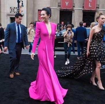 章子怡穿著Alex Perry 2019年早秋季Lindy禮服出席《哥斯拉:怪物之王》在好萊塢首映。(圖片翻攝自網路)